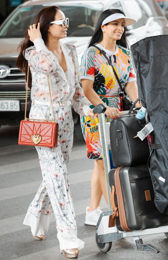 <p> Hai chị em Thúy Hạnh, Thúy Hằng đến sân bay khá sớm để đón dàn sao Hàn. Cả hai đều chọn diện trang phục thoải mái, trẻ trung.</p>
