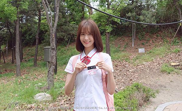 Mới đây, fanclub của SNSD tung ảnh hậu trường Yoon Ah khi quay clip quảng bá cho cuộc họp fan. Nữ ca sĩ xuất hiện trong bộ đồng phục nữ sinh. Vẻ trung của idol sinh năm 1991 khiến netizen Hàn hết lời ca ngợi.
