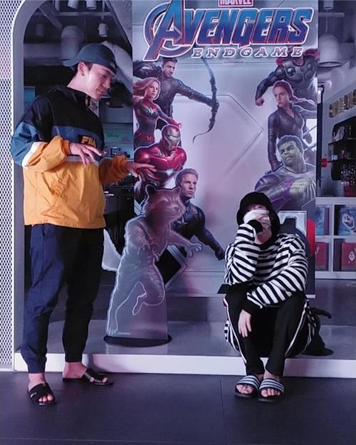 Eun Hyuk và Dong Hae thoải mái đi dép lê xem Avengers: Endgame.