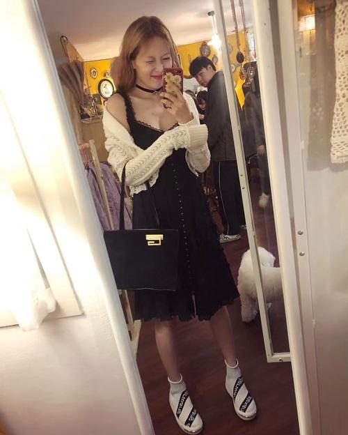 Hyun Ah khoe vòng một lấp ló gợi cảm với váy hai dây.