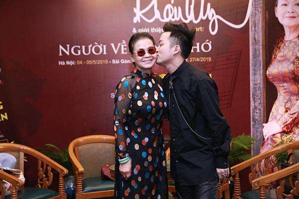 Tùng Dương hôn má Khánh Ly tại họp báo.