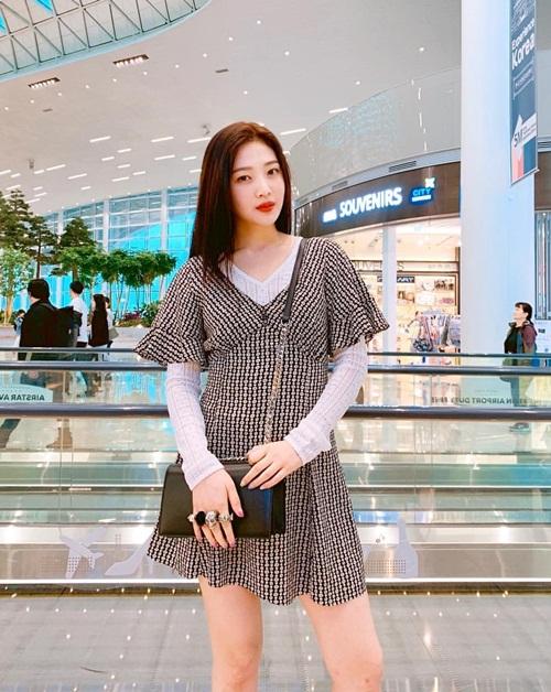 Joy (Red Velvet) tạo dáng xinh đẹp ở sân bay.