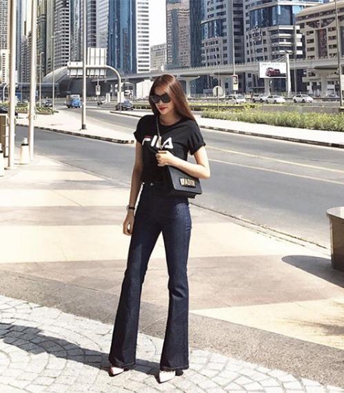 Quần jeans ống loetrơn cơ bản là món đồ không thể thiếu trong tủ đồ của sao Việt ngày hè. Những ngày lười biếng, chỉ cần diện quần cùng một chiếc áo phông đơn giản là đã có set đồ sành điệu ra phố.
