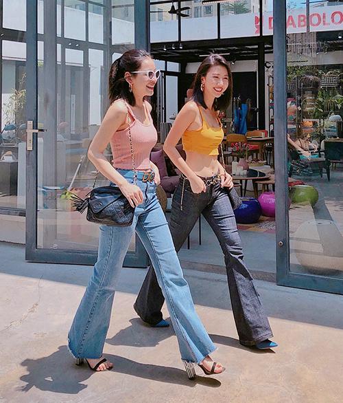 Những set đồ càng đơn giản thì càng khó bị quê. Kiểu mix đồ đậm chất năm 2000 như Chi Pu và Quỳnh Anh Shyn cũng được nhiều cô gái ưa chuộng hè này.