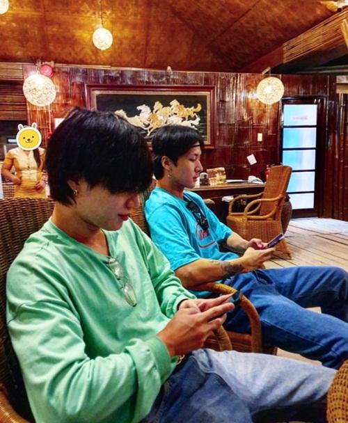 Ravi (VIXX) và Tae Min ngồi chơi điện thoại với tư thế y hệt nhau. Hai nam idol đang cùng hội bạn thân đi chơi ở Cebu, Philippines.