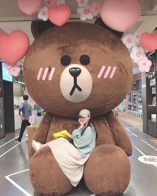 Xi Yeon (Pristin) lãng mạn, đáng yêu bên chú gấu khổng lồ.