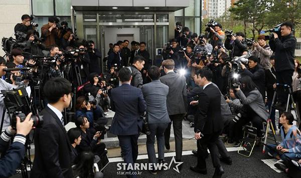 Park Yoo Chun phồng má tạo dáng khi đến buổi thẩm vấn của cảnh sát