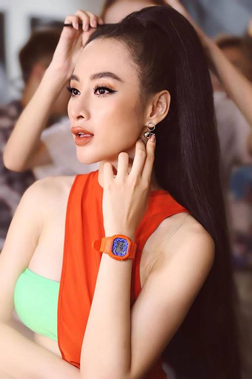 Angela Phương Trinh quyến rũ trong hậu trường trang điểm chụp ảnh.