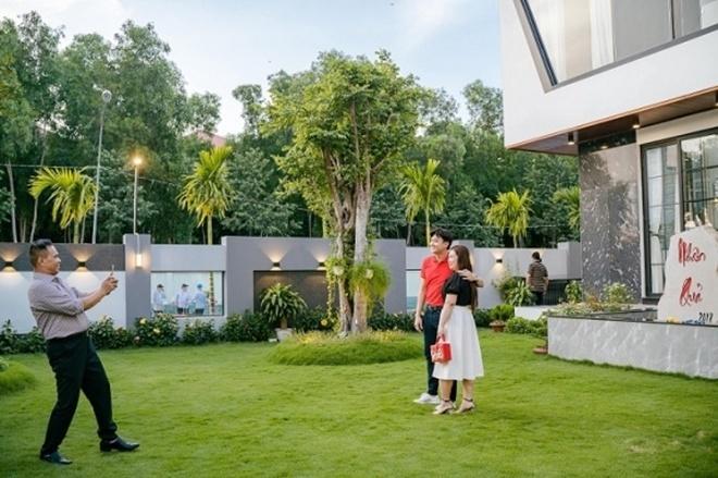 <p> Xung quanh căn nhà là vườn cỏ trong xanh, thoáng mát.</p>