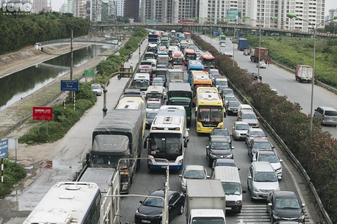 <p> Chiều 26/4, sau ngày làm việc cuối cùng trước kỳ nghỉ lễ kéo dài 5 ngày, giao thông ở các cửa ngõ Thủ đô luôn trong tình trạng đông nghẹt. Vào lúc 16h30 trên tuyến đường vành đài 3 các phương tiện di chuyển ì ạch.</p>