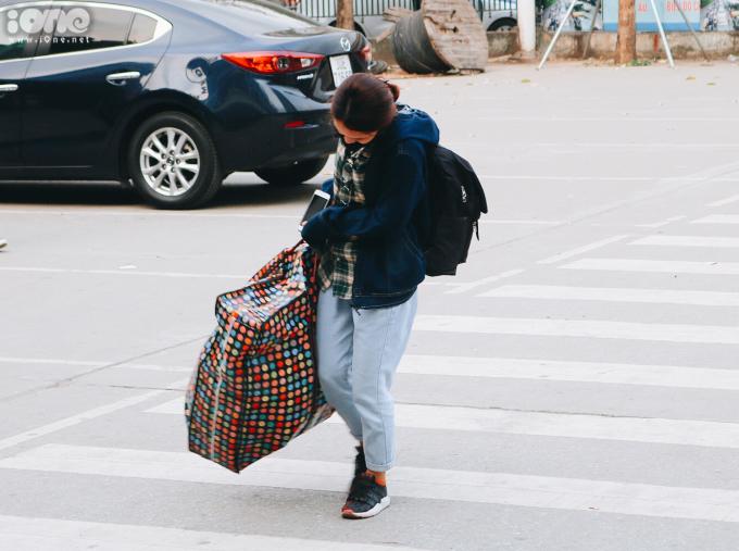 <p> Kỳ nghỉ lễ kéo dài 5 ngày, nhiều người về quê mang vác theo các túi đồ đạc lỉnh kỉnh.</p>