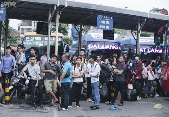 <p> Hàng dài người đứng chờ hàng tiếng đồng hồ đợi xe.</p> <p> </p>