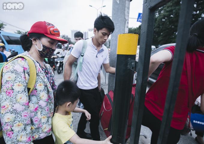 <p> Nhiều hành khách chọn lối đi tắt vào bến xe khiến giao thông bị hỗn loạn.</p>