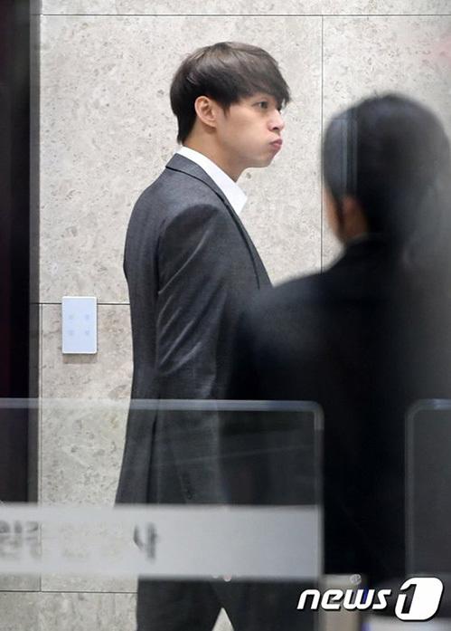 Park Yoo Chun phồng má tạo dáng khi đến buổi thẩm vấn của cảnh sát - 8