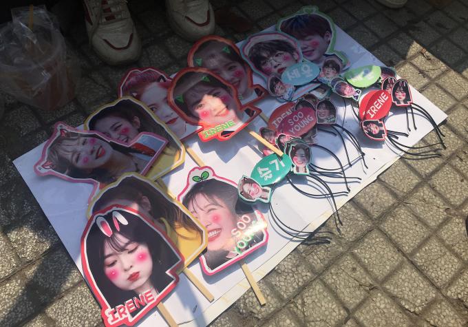 <p> Những món phụ kiện mà fanRed Velvet chuẩn bị. Đây là lần đầu tiên nhóm nhạc nữ Hàn đến Việt Nam giao lưu nên rất được fan chờ đón.</p>