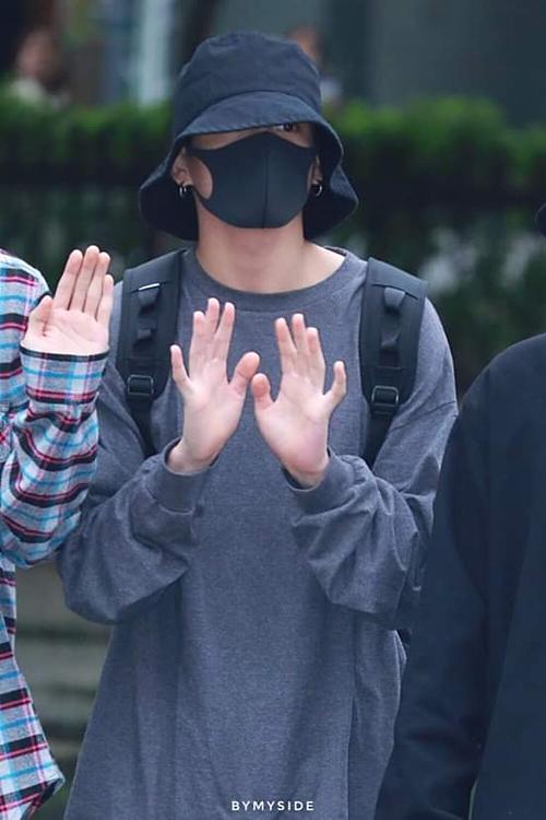 Jung Kook quay trở lại phong cách ninja quen thuộc.