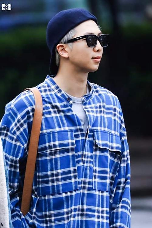 RM gây ấn tượng bởi set đồ theo style năng động.
