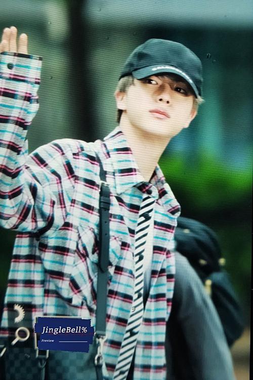 Jin vẫy chào phóng viên và người hâm mộ.