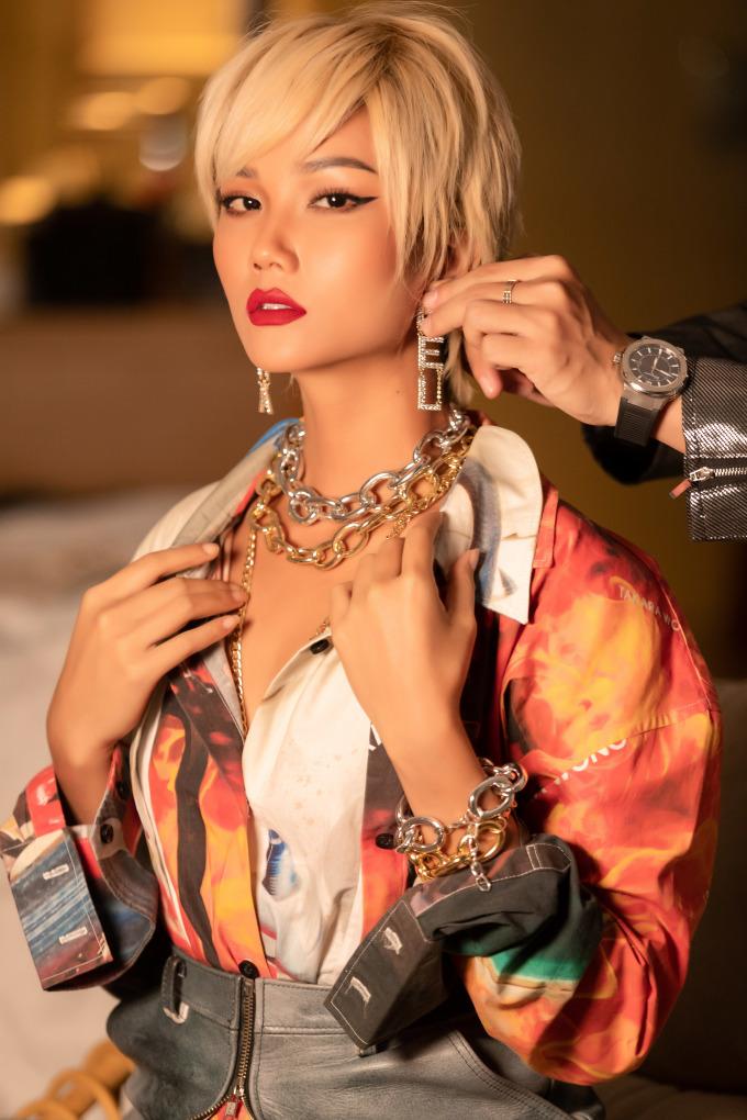 <p> Tối 25/4, H'Hen Niê có mặt tại Đà Nẵng để tham dự một show thời trang. Người đẹp luôn biết cách tạo diện mạo ấn tượng mỗi khi xuất hiện tại các sự kiện lớn.</p>