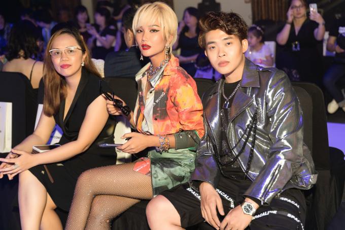 <p> Stylist Trần Đạt (phải) là người bạn thân thiết đồng hành cùng H'Hen Niê suốt hai năm qua.</p>