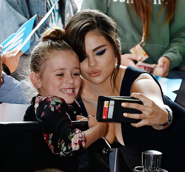 Cô vui vẻ tạo dáng chụp hình cùng fan nhí.