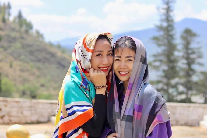 """<p> Dịp nghỉ lễ kéo dài 5 ngày, Ốc Thanh Vân cùng Mai Phương đi du lịch Bhutan - quốc gia hạnh phúc nhất thế giới. Ốc Thanh Vân gọi chuyến du lịch ngắn ngày là """"chuyến đi trốn của hai chị em"""". Di chuyển nhiều nên trong chuyến đi, Mai Phương đôi lúc phải ngồi xe lăn. Cô hiện vẫn tuân thủ theo phác đồ điều trị ngoại trú ung thư phổi.</p>"""
