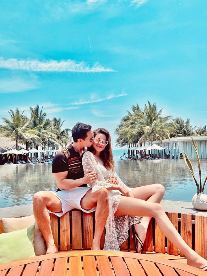 <p> Kim Lý đưa Hồ Ngọc Hà đến Đà Nẵng nghỉ dưỡng. Cùng đi với cặp đôi là Subeo, con trai riêng của Hà Hồ.</p>