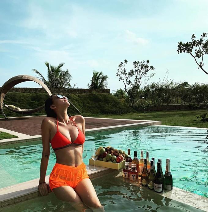 <p> Ngô Thanh Vân cũng chọn Phú Quốc là điểm đến dịp nghỉ lễ 30/4 - 1/5. Nữ diễn viên 40 tuổi mặc trang phục bikini, tạo dáng gợi cảm bên bể bơi. Cô được khán giả nhận xét trẻ trung, body bốc lửa dù đã ở tuổi tứ tuần.</p>