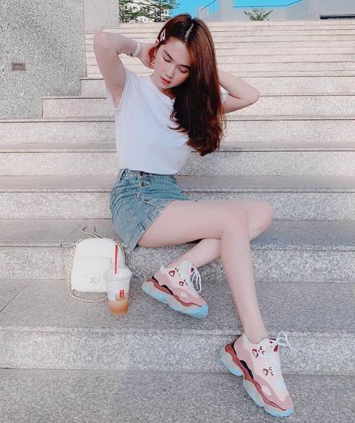 Trong một lần xuống phố gần đây, Ngọc Trinh diện style năng động kiểu sinh viên. Bộ cánh của cô nàng gồm áo phông, chân váy jeans và giày thể thao khá đơn giản. Tổng giá trị cả bộ trang phục cũng rất phải chăng, chỉ hơn 1 triệu đồng.