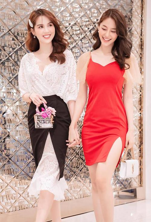 Nhiều bộ cánh giá mềm được người đẹp diện đi sự kiện, kết hợp cùng những chiếc túi xách giá hàng chục triệu đồng để tăng đẳng cấp. Set váy ren đen trắng cô đang diện có giá chưa đến 700k.