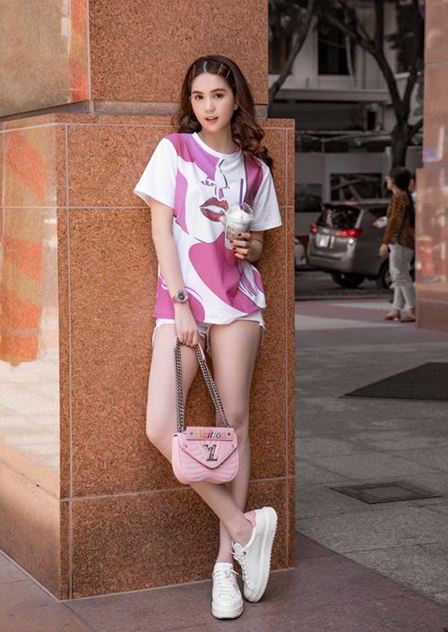 Tuy có niềm đam mê với hàng hiệu nhưng thời gian gần đây, Ngọc Trinh cũng không ngại khoác lên mình những món đồ giá chỉ vài trăm nghìn. Chiếc áo phông hồng xinh xắn chân dài đang mặc có giá 690k.