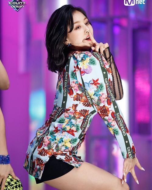 Thần thái và phong cách quyến rũ của Ji Hyo trên sân khấu.