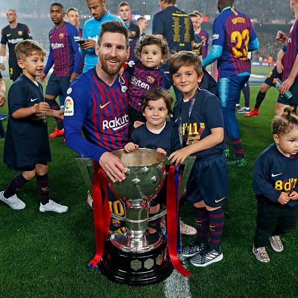 Messi chia sẻ khoảnh khắc nhận cúp vô địch bên 3 cậu con trai.