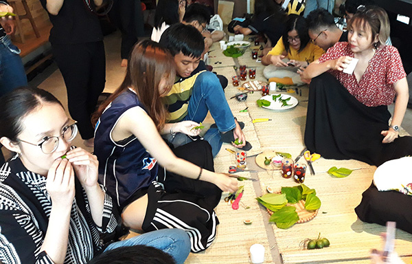 Hàng chục bạn trẻ đã được dịp trải nghiệm việc têm trầu của ông bà xưa và thử nhai trầu qua Lớp học Tò Te của bạn Khoa Chim - huộc dự án VietNamme tổ chức cuối tuần qua. Hoạt động mong muốn có thể góp sức mang nghệ thuật và văn hóa Việt Nam đến gần hơn với đại chúng, đồng thời tạo cảm hứng cho người trẻ để có thể thực hành và ứng dụng chất liệu văn hóa Việt Nam vào đời sống một cách mới mẻ hơn.