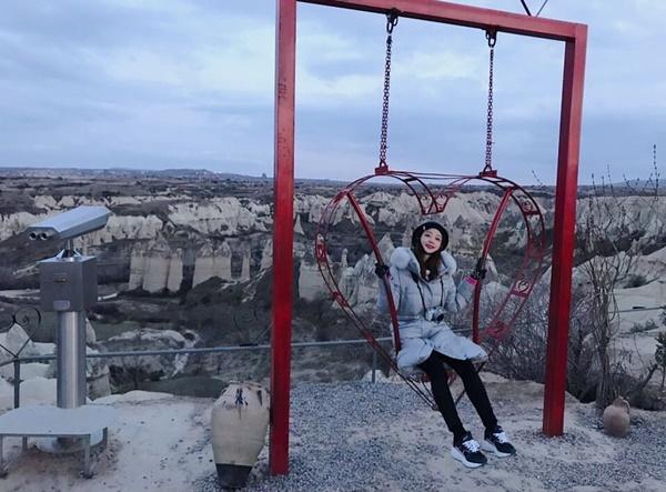 Hani mặc áo phao siêu ấm lên núi ngồi xích đu tình yêu.
