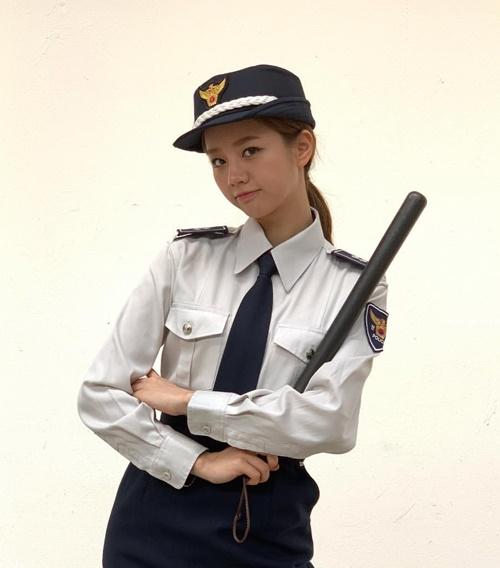 Hye Ri bỗng hóa cô cảnh sát đen đúa khác lạ.