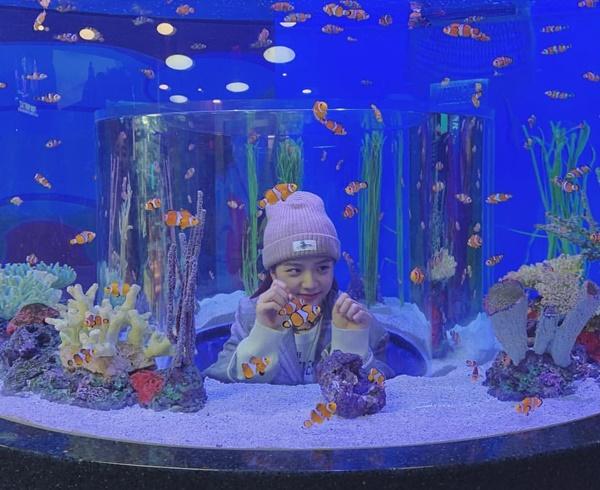 Ji Soo đáng yêu tạo dáng với bể cá. Cô nàng có chuyến tham quan thủy cung với Lisa ở Mỹ.