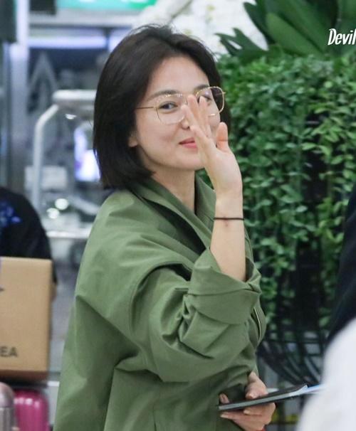 Song Hye Kyo giữ chặt vạt áo che bụng giữa tin đồn đang mang bầu.