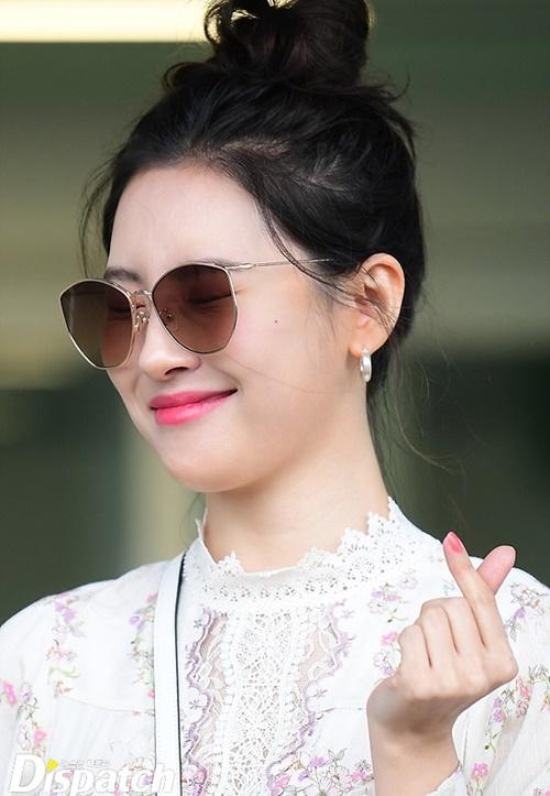 Chị đại của Kpop có vẻ ngượng ngùng, nhắm tịt mắt khi bắn tim.