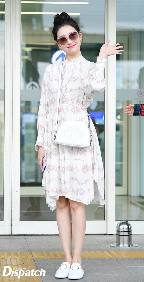 Sun Mi diện váy hoa nhí nữ tính, búi tóc cao khi ra sân bay hôm 26/4. Nữ ca sĩ vốn có thân hình đẹp và gu thời trang tinh tế.