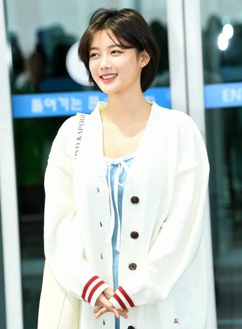 Kim Yoo Jung hầu như không trang điểm khi ra sân bay, vẻ đẹp tự nhiên của cô nàng đủ sức cân hết thảy.