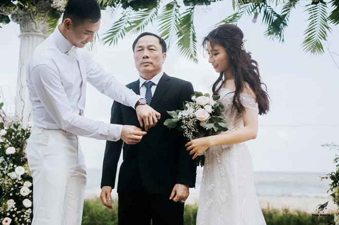"""<p> Nói về đám cưới, Bảo Uyên chia sẻ cô hạnh phúc khi được Nguyễn Văn Sơn cầu hôn.""""Từ bé đã mơ ước một đám cưới ý nghĩa và cổ tích, vậy là ngày hôm qua tất cả đã thành sự thật và còn vượt xa trên cả mong đợi. Cảm ơn chồng đã mang tới cho vợ những hạnh phúc mà chẳng ngôn từ nào có thể diễn tả hết được, cảm ơn chồng đã tặng vợ một đám cưới trong mơ"""", cô chia sẻ trên trang cá nhân.</p>"""