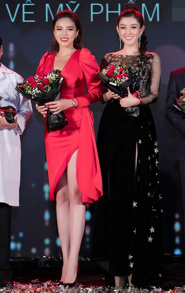 <p> Hoa hậu và Á hậu Việt Nam 2014 cùng chia sẻ bí quyết giữ vóc dáng và nhan sắc tại sự kiện.</p>