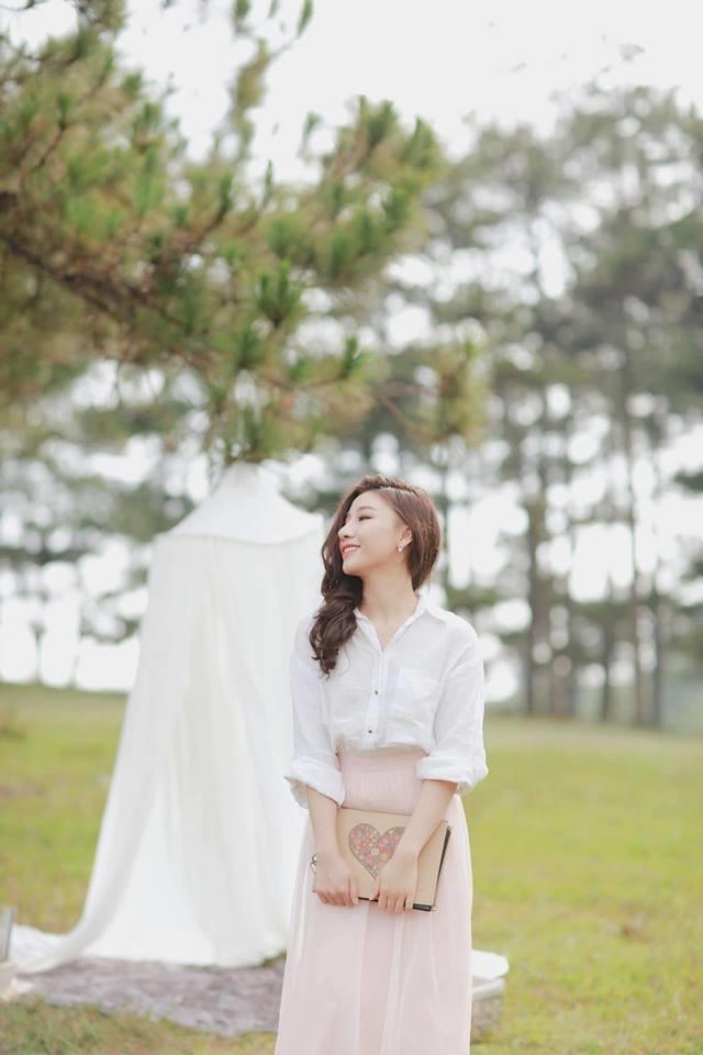 <p> Bà xã Nguyễn Văn Sơn có phong cách nữ tính, nhẹ nhàng.</p>
