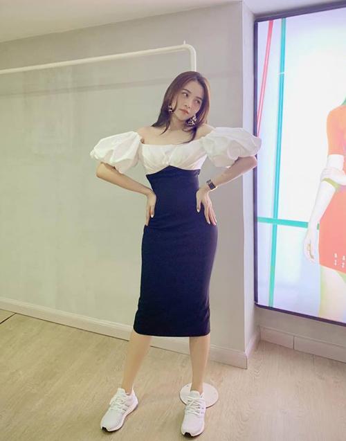 Tam Triều Dâng diện chiếc váy rất điệu nhưng lại kết hợp cùng giày thể thao cool ngầu.