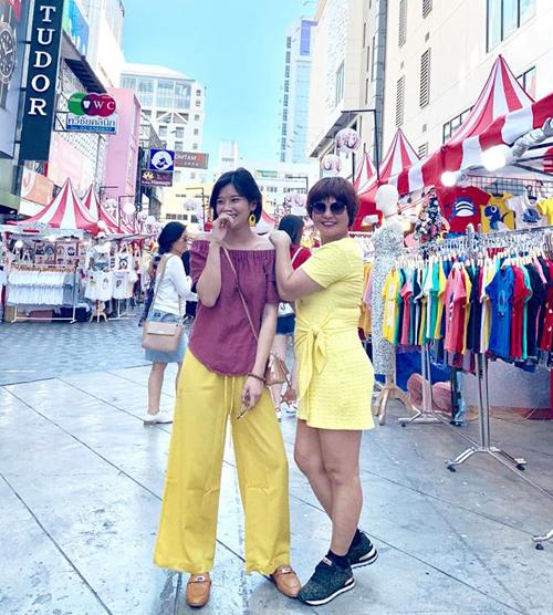 Hai mẹ con Hoàng Yến Chibi diện đồ sặc sỡ nhí nhảnh trên đường phố Bangkok.