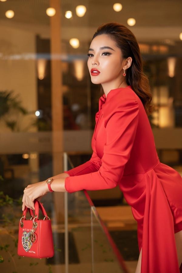 <p> Kỳ Duyên khoe thần thái sắc sảo. Cô diện đầm của NTK Đỗ Long cùng túi Dior và đồng hồ Chopard.</p>
