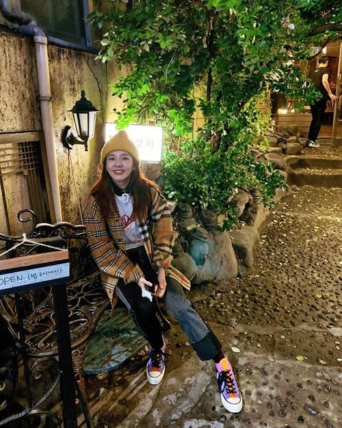 Dara cười đáng yêu khi ngồi nghỉ chân trong chuyến du lịch.