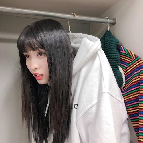 Momo mặt ngố siêu cute khi tự treo mình lên giá áo.