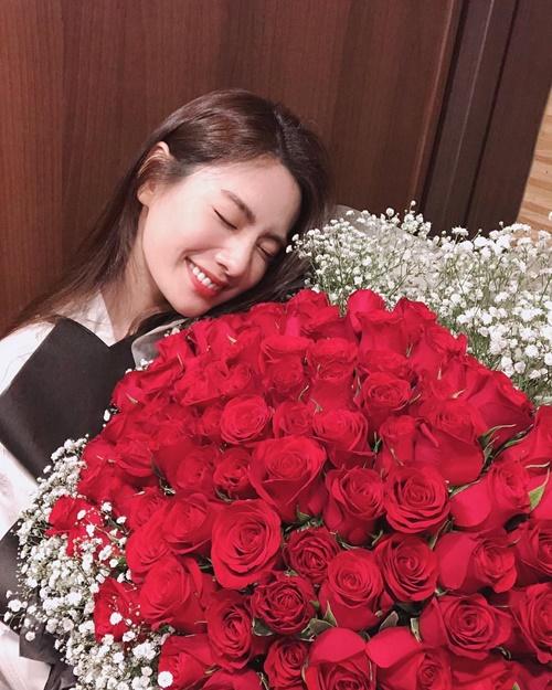 Nana nhận được bó hoa hồng bự chảng trong ngày kết thúc quay phim Kill It.